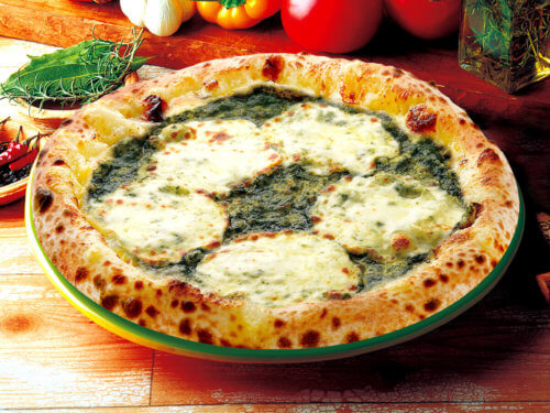 バジルとモッツァレラチーズのピザ