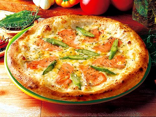 スモークサーモンとアスパラのピザ