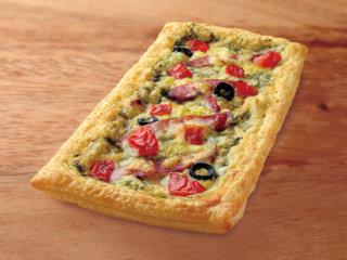 粗挽きソーセージとフレッシュトマトのピザ